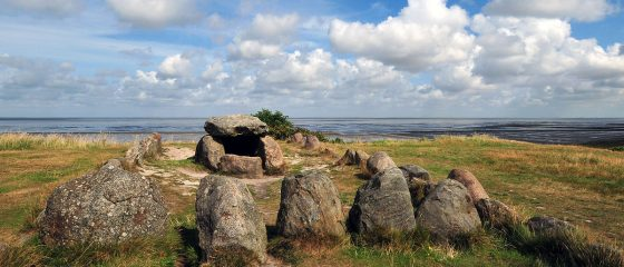 1200px-Megalithic_grave_Harhoog_in_Keitum,_Sylt,_Germany